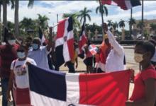 """Photo of """"Patriotas"""" protestan frente a Palacio tras funcionaria promover símbolos LGBT."""